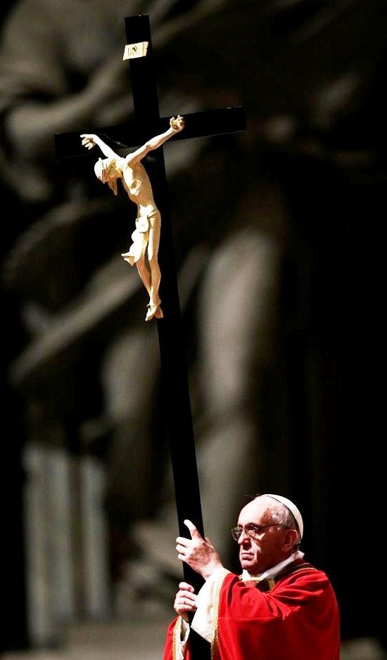 Papa Francesco mostra il Crocifisso nel giorno del Venerdì Santo - Il Papa continua a fare la proposta di fede con coraggio a tutti gli uomini di buona volontà.