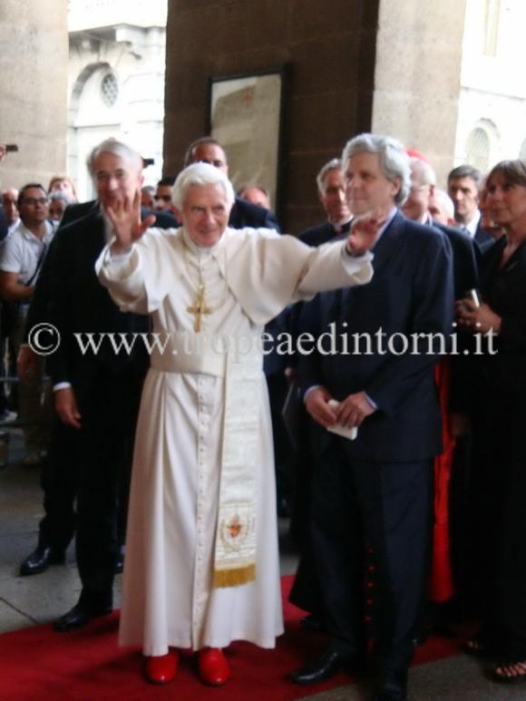 Papa  Joseph Aloisius Ratzinger  alla scala di Milano assieme al sindaco della città meneghina - foto Grillo