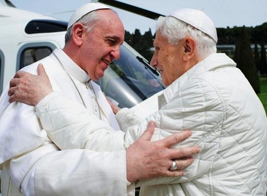23 marzo 2013 - L'abbraccio dei due Papi: Francesco e Benedetto XVI.