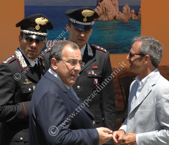 Il prefetto con le forze dell'ordine dopo la conferenza stampa - foto Libertino