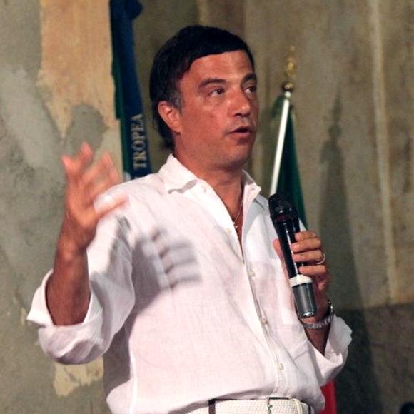 """Giuseppe Galati alla presentazione del suo libro """"Le ali del web"""" a Tropea"""