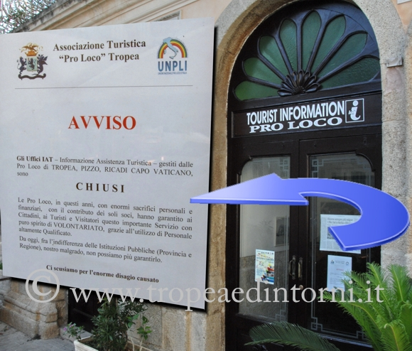 """La Pro Loco di Tropea espone il cartellone """"Chiuso"""" - foto Libertino"""