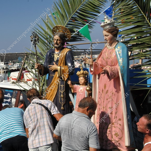 Le Statue imbarcate su un peschereccio di una famiglia di pescatori tropeani -foto Libertino