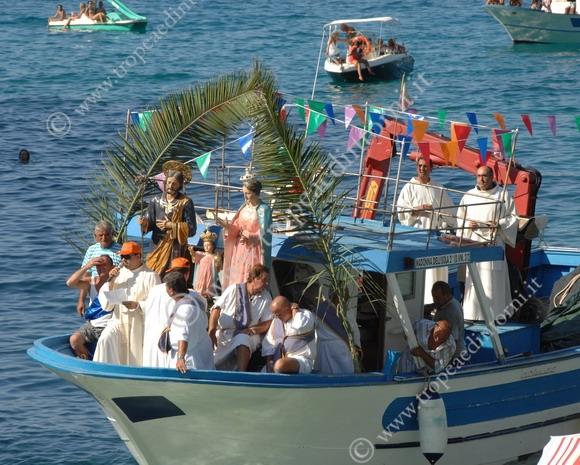 """L'imbarcazione nei pressi della spiaggia del """"mare piccolo"""" - foto Libertino"""