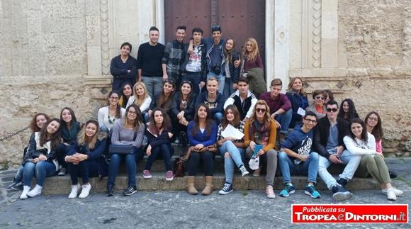 """Passeggiata d'istruzione per i ragazzi del Liceo Classico di Tropea """"Pasquale Galluppi"""", guidato dalla dirigente Beatrice Lento"""