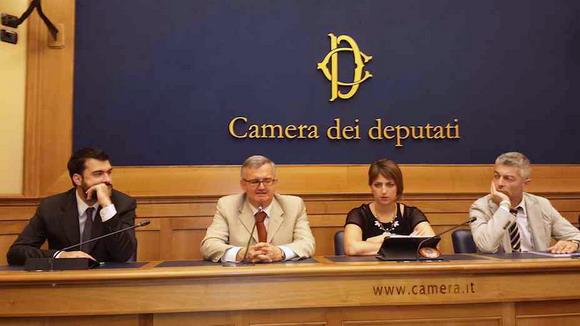 Il capogruppo alla Camera Riccardo Nuti, l'imprenditore calabrese usurato dalle banche Antonino De Masi, la deputata Dalila Nesci e il capogruppo al Senato Nicola Morra