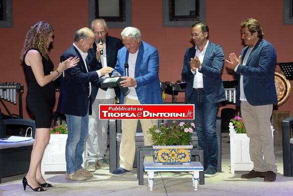 Il sindaco di Tropea Giuseppe Rodolico premia Gerardo Sacco - foto Stroe