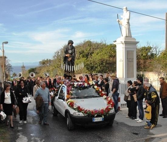 Momento della processione del 2012 (foto da Tropeaedintorni).