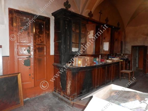 Nella sacresia distrutti o mal ridotti anche parte dei mobili quadri e paramenti sacri antichi - foto Carmelitano