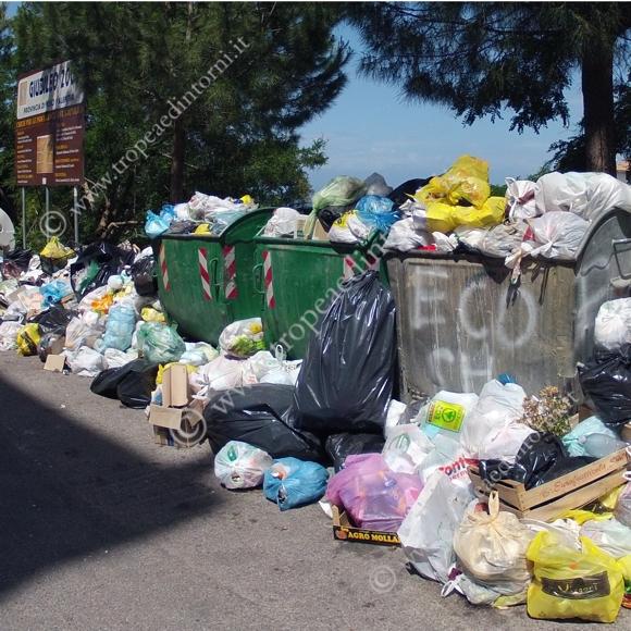 La spazzatura in Via Carmine a Tropea - foto Libertino