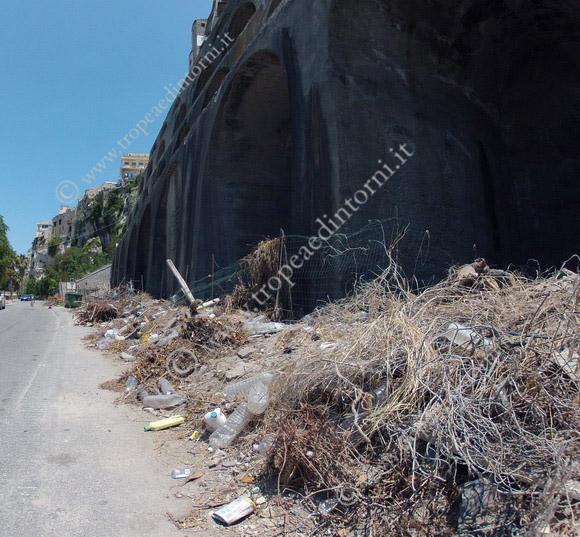 Tropea: spazzatura archi - foto Libertino
