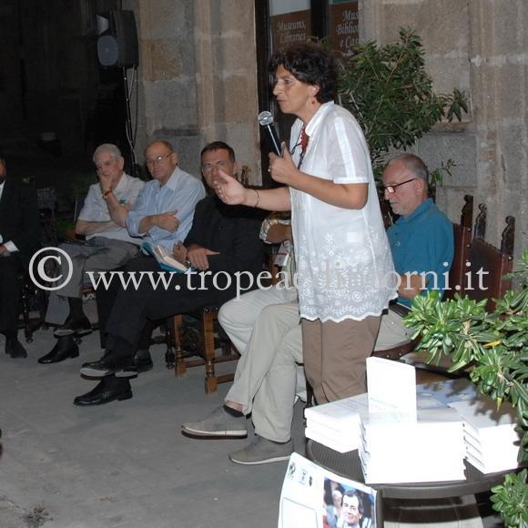 La dott.ssa Arena commenta il libro il libro di Michele Cucuzza - foto Libertino