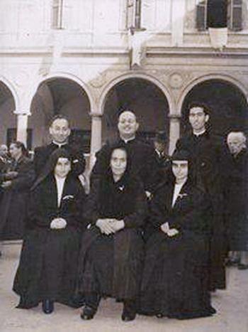 Don Michele, Don Agostino, Don Antonio in basso a sinistra: suor Delina, Mamma Orsola, Suor Rosetta