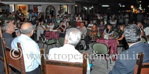 Michele Cucuzza in Piazza Ercole a Tropea - foto Libertino