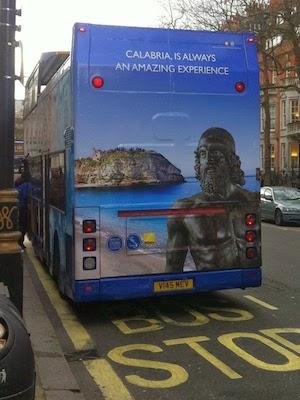 Un bus con l'immagine di Tropea (VV)