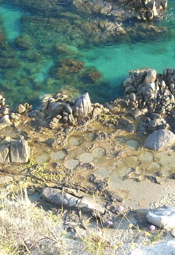 Tropea: barriera di granito e cava pietre di mulino - foto Antonio De Luca