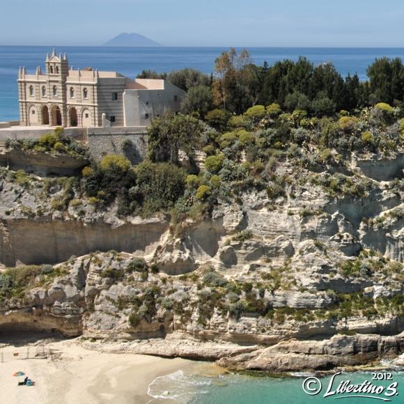 Tropea: Isola con lo Stromboli - foto Libertino