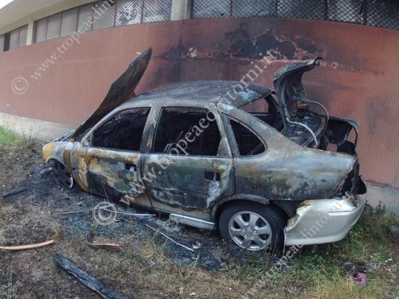 Auto incendiata in Viale Stazione - foto Libertino