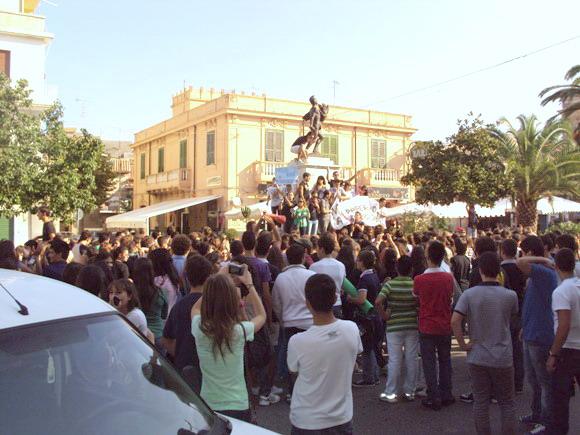 Gli studenti di Tropea manifestano in Piazza Vittorio Veneto -foto Sorbilli