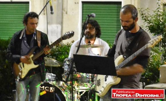 Gli Smith&Wesson, storico trio tropeano composto da Michele Tarantino (basso e voce), Francesco Gentile (chitarra) e Cristian Saturno (batteria)