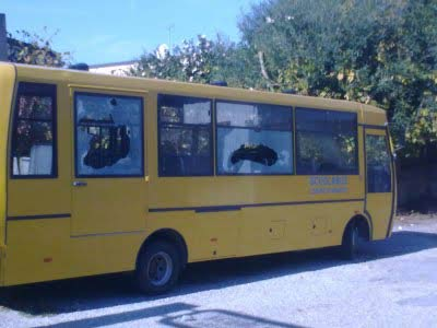 Lo scuolabus di Briatico con i vetri infranti