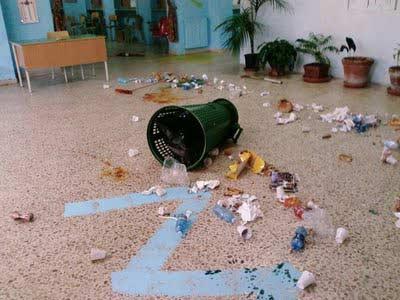 L'interno della scuola devastata dai vandali