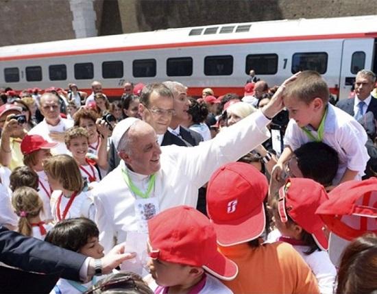 Per il terzo anno consecutivo, ieri 30 maggio, è arrivato alla Stazione della Città del Vaticano il 'Treno dei bambini', un'iniziativa promossa dal 'Cortile dei gentili. Quest'anno l'iniziativa è stata dedicata ai minori in situazione di disagio. Il convoglio, del Gruppo Fs Italiane, ha trasportato circa 200 piccoli viaggiatori, figli di detenuti e detenute, provenienti da Bari e Trani per incontrare Papa Francesco.