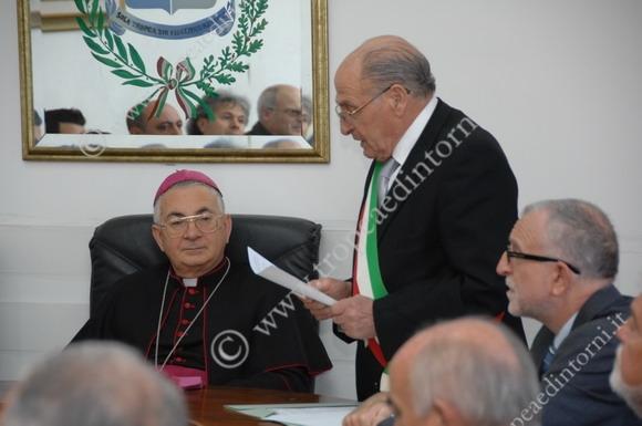 Il Sindaco Gaetano Vallone porge i saluti al Vescovo mons. Luigi Renzo - foto Libertino