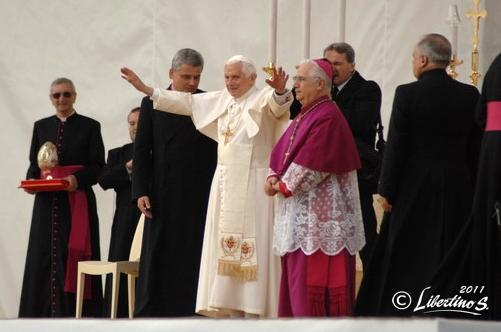 Il papa benedice assieme al vescovo Cantafora