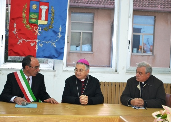 Una foto della recente Cisita Pastorale del Vescovo della diocesi, mons. Luigi Renzo, insieme al sindaco Dott. Pasquale Caparra e al parroco P. Francesco La Ruffa. (foto da Vibonesiamo.it).